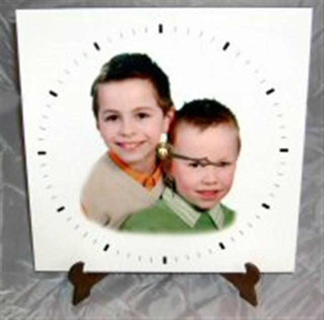 Horloge carrée en bois.